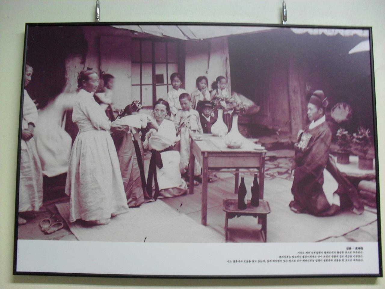 조선 후기 결혼식. 노르베르트 베버 신부가 황해도에서 촬영한 것으로 보인다. 서울 성균관대학교 퇴계인문관 복도에서 찍은 사진.