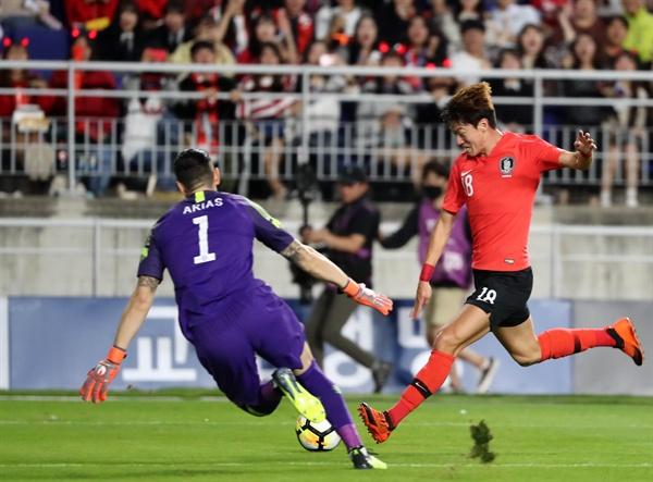 슛하는 황의조 11일 오후 수원월드컵경기장에서 열린 대한민국 대 칠레 경기. 황의조가 슛을 하고 있다.
