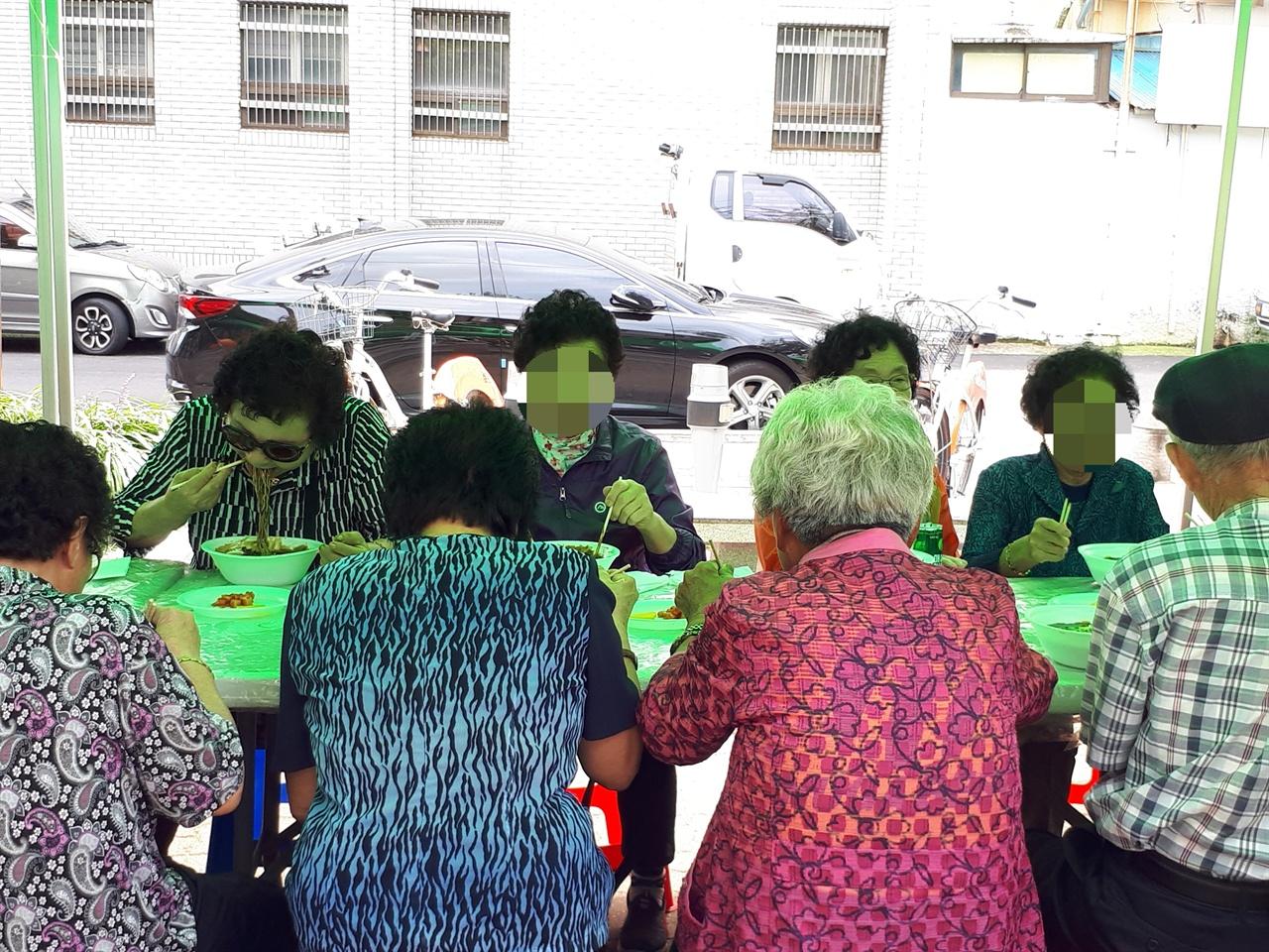 점심을 먹는 방문자들 9월 11일 순천의료원공원에서 열린 사랑의 밥차 메뉴는 짜장면이었다. 어르신들이 짜장면을 맛있게 먹고 있다.