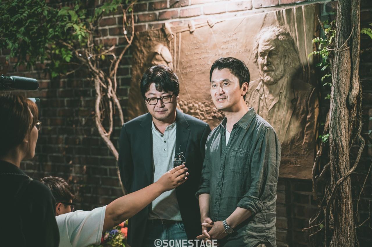<지하철 1호선> 제막식에 참여한 배우 김윤석과 장현성