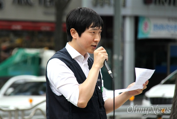 금속법률원 김두현 변호사는 9월 12일 낮 12시 더불어민주당 경남도당 앞에서 민주노총 경남본부가 연 '차별철폐 집회'에서 발언하고 있다.