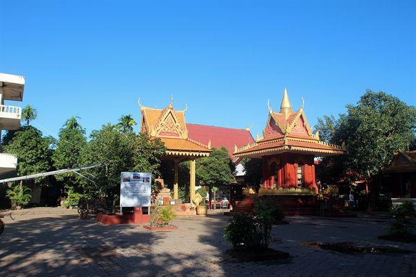 왓트마이 불교사원 유리 탑이 보이는 내부 모습