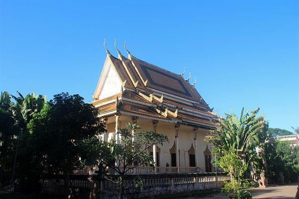 왓트마이 불교사원 입구 왼쪽에 있는 대웅전  모습