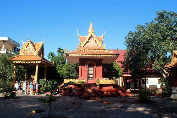 왓트마이 불교사원 내부 유골이 안치된 유리 탑 모습