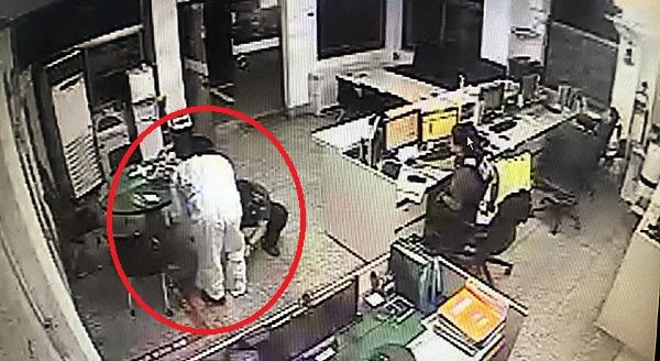 12일 새벽 메르스 의심 증세에 대한 신고가 112에 접수된 후 연제경찰서 거제지구대 경찰관이 흰색 보호복(붉은 원)을 입고 있다.