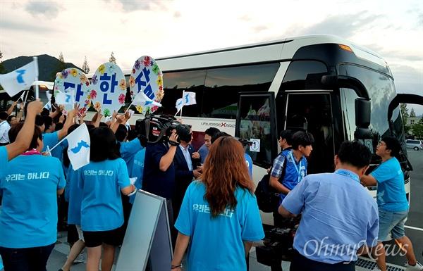 창원세계사격선수권대회에 출전한 북측 선수들이 9월 11일 창원국제사격장에서 벌어진 경기에서 메달을 딴 뒤 버스에 오르기 전 '아리랑응원단'과 함께 했다.