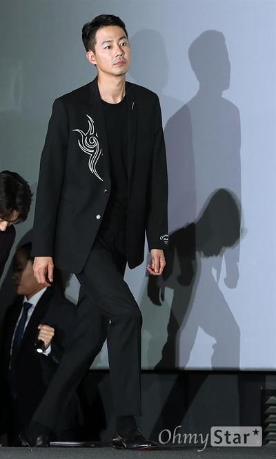 '안시성' 조인성, 늠름한 성주님 배우 조인성이 12일 오후 서울 용산CGV에서 열린 영화 <안시성> 시사회에서 입장하고 있다. <안시성>은 동아시아 전쟁사에서 가장 극적이고 위대한 승리로 전해지는 88일간의 '안시성 전투'를 그린 작품이다. 19일 개봉.