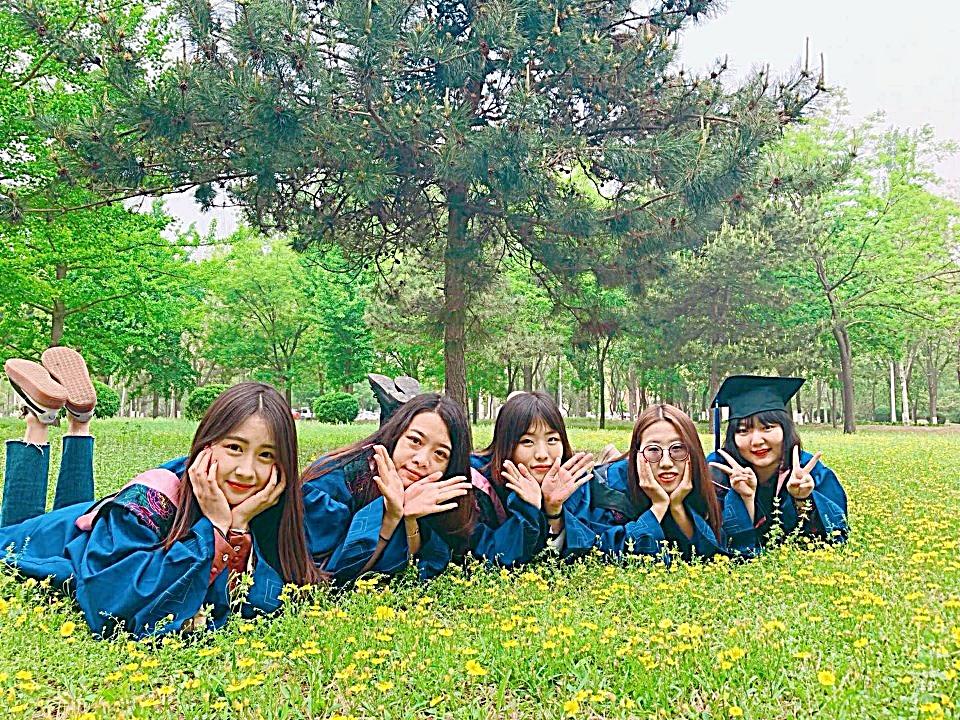 대학원 졸업사진(가운데).물심양면 도와 준 중국인 친구들에게 고마움을 전한다는 김희선 시민기자.