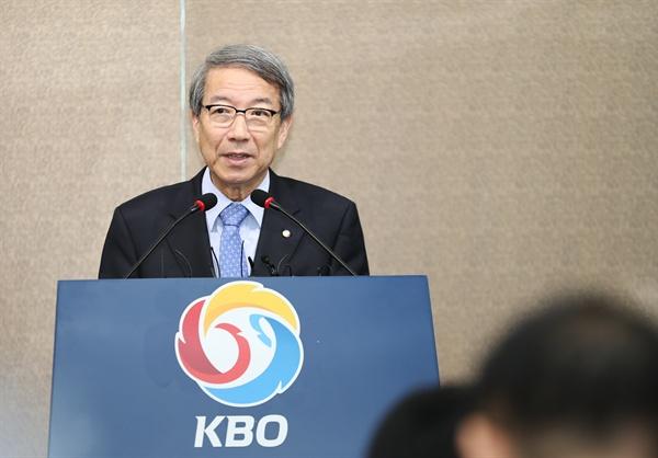기자회견 하는 정운찬 KBO 총재 정운찬 KBO총재가 12일 오전 서울 강남구 야구회관에서 기자회견을 하고 있다.