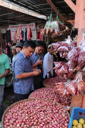 ▲ 인도네시아 찌안주르군의 한 재래시장에서 아열대채소 종자를 살피는 서일교 연구원과 이정기 센터장,