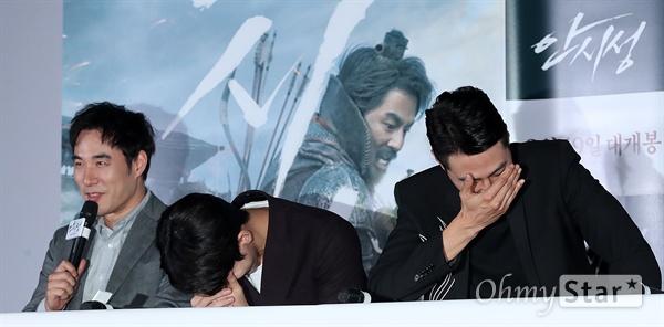 '안시성' 배성우-남주혁-조인성, 웃음보 폭발 배우 배성우, 남주혁, 조인성이 12일 오후 서울 용산CGV에서 열린 영화 <안시성> 시사회에서 질문하던 중 실수를 한 기자의 말에 웃음을 참지 못하고 있다. <안시성>은 동아시아 전쟁사에서 가장 극적이고 위대한 승리로 전해지는 88일간의 '안시성 전투'를 그린 작품이다. 19일 개봉.