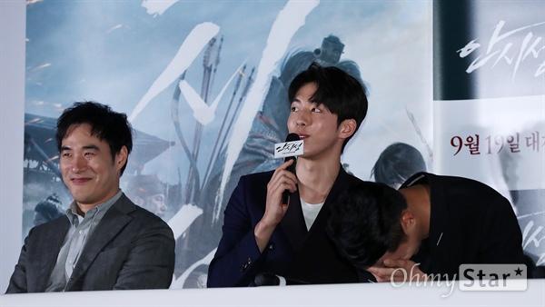 '안시성' 조인성, 쑥스러운 성주님 배우 조인성(오른쪽)이 12일 오후 서울 용산CGV에서 열린 영화 <안시성> 시사회에서 배우 남주혁 등 동료선후배들의 칭찬을 들으며 쑥스러워하고 있다. <안시성>은 동아시아 전쟁사에서 가장 극적이고 위대한 승리로 전해지는 88일간의 '안시성 전투'를 그린 작품이다. 19일 개봉.