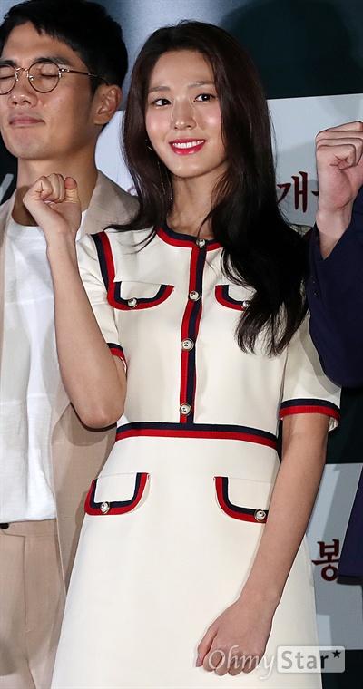 '안시성' 김설현, 여전사처럼! 배우 김설현이 12일 오후 서울 용산CGV에서 열린 영화 <안시성> 시사회에서 포토타임을 갖고 있다. <안시성>은 동아시아 전쟁사에서 가장 극적이고 위대한 승리로 전해지는 88일간의 '안시성 전투'를 그린 작품이다. 19일 개봉.