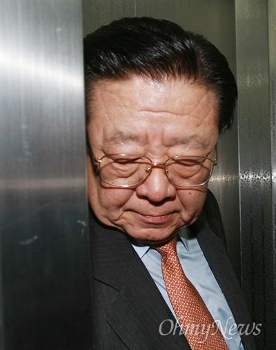 2008년 3월 11일, 안강민 당시 한나라당 공천심사위원장이 서울, 충남 지역에 대한 공천심사를 마친 뒤 승강기를 타고 당사를 나서고 있다.