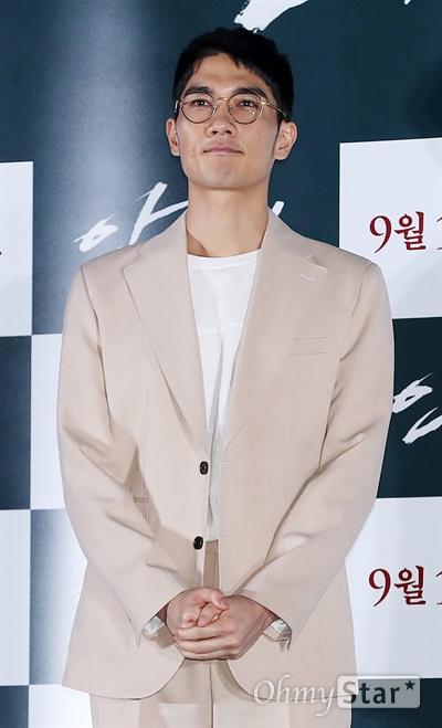 '안시성' 엄태구, 사랑과 액션의 조화 배우 엄태구가 12일 오후 서울 용산CGV에서 열린 영화 <안시성> 시사회에서 포즈를 취하고 있다. <안시성>은 동아시아 전쟁사에서 가장 극적이고 위대한 승리로 전해지는 88일간의 '안시성 전투'를 그린 작품이다. 19일 개봉.