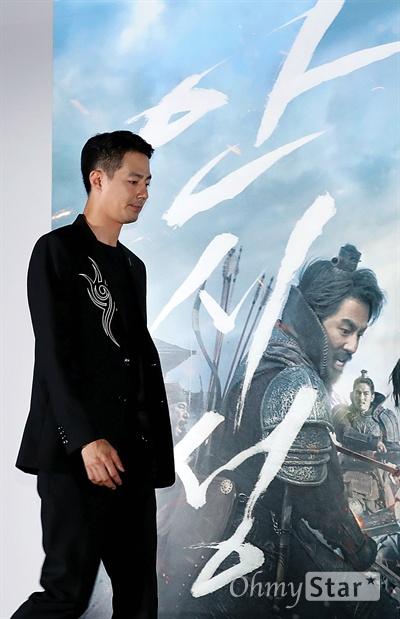 조인성은 '안시성' 배우 조인성이 12일 오후 서울 용산CGV에서 열린 영화 <안시성> 시사회에서 포토타임을 갖고 있다. <안시성>은 동아시아 전쟁사에서 가장 극적이고 위대한 승리로 전해지는 88일간의 '안시성 전투'를 그린 작품이다. 19일 개봉.