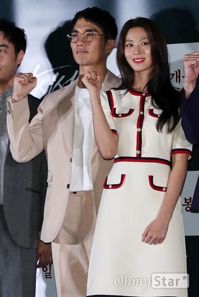 '안시성' 엄태구-김설현, 우리는 커플! 배우 엄태구와 김설현이 12일 오후 서울 용산CGV에서 열린 영화 <안시성> 시사회에서 포즈를 취하고 있다. <안시성>은 동아시아 전쟁사에서 가장 극적이고 위대한 승리로 전해지는 88일간의 '안시성 전투'를 그린 작품이다. 19일 개봉.