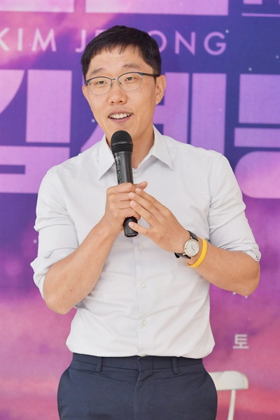 KBS <오늘밤 김제동>의 MC 김제동