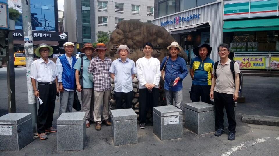 중암마을 민촌이 어릴 때 살았던 중암마을 표지석 앞에서. 가운데 서 있는 사람이 민친 이기영의 손자 이성렬 씨다.