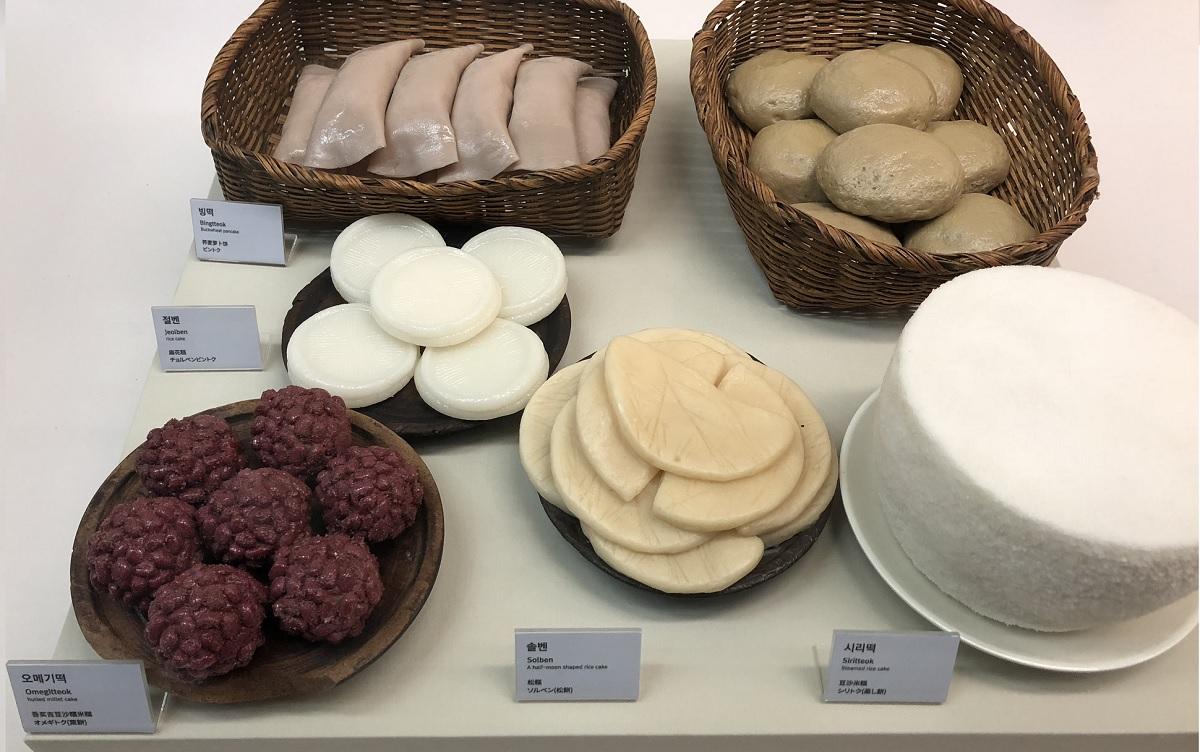 제주도에서 굿을 할 때나 제사상에 올린 먹거리를 전시해 놓았습니다. 맨 오른쪽 위가 보리빵입니다. 제주 민속역사박물관 전시실에서 찍은 사진입니다.
