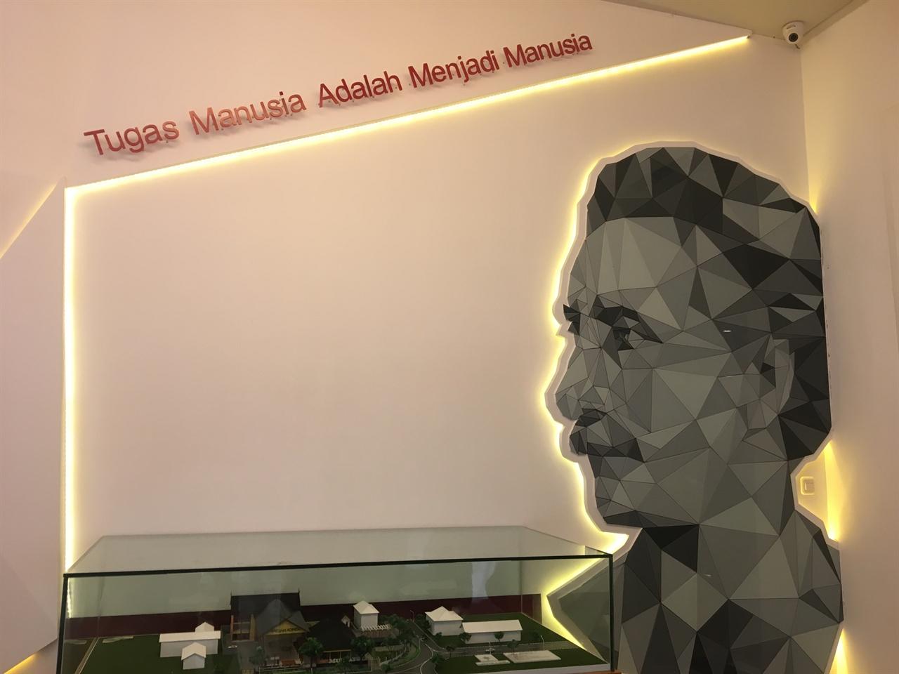 물따뚤리 박물관 입구에 있는 물따뚤리 얼굴을 형상화한 작품