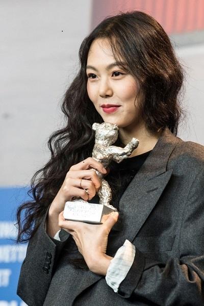 2017년 67회 베를린영화제에서 여우주연상을 수상한 김민희의 모습