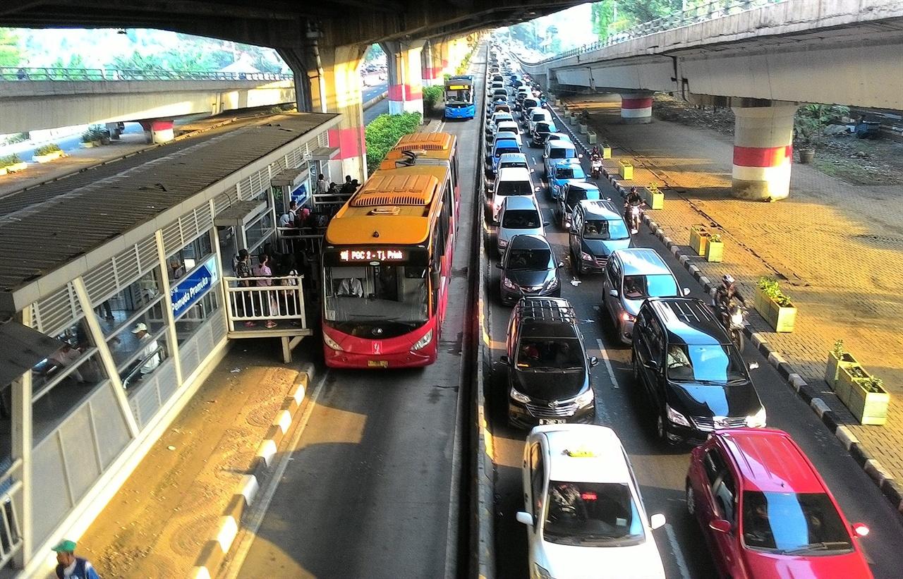 아시안게임이 열렸던 인도네시아 자카르타의 BRT 시스템인 TransJakarta(트란스자카르타). 전용도로를 사용하여 시원스레 뚫린 길을 신호 없이 오간다. (Wikimedia Commons, CC-BY-SA 4.0)