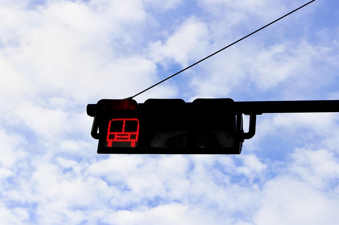 '빨간 불' 걸린 버스전용차로의 전용 신호 부산광역시는 내달 10일 부산 BRT의 사업 진행여부를 결정한다고 밝혔다. BRT 사업의 미래가 달린 선택인 셈이다.
