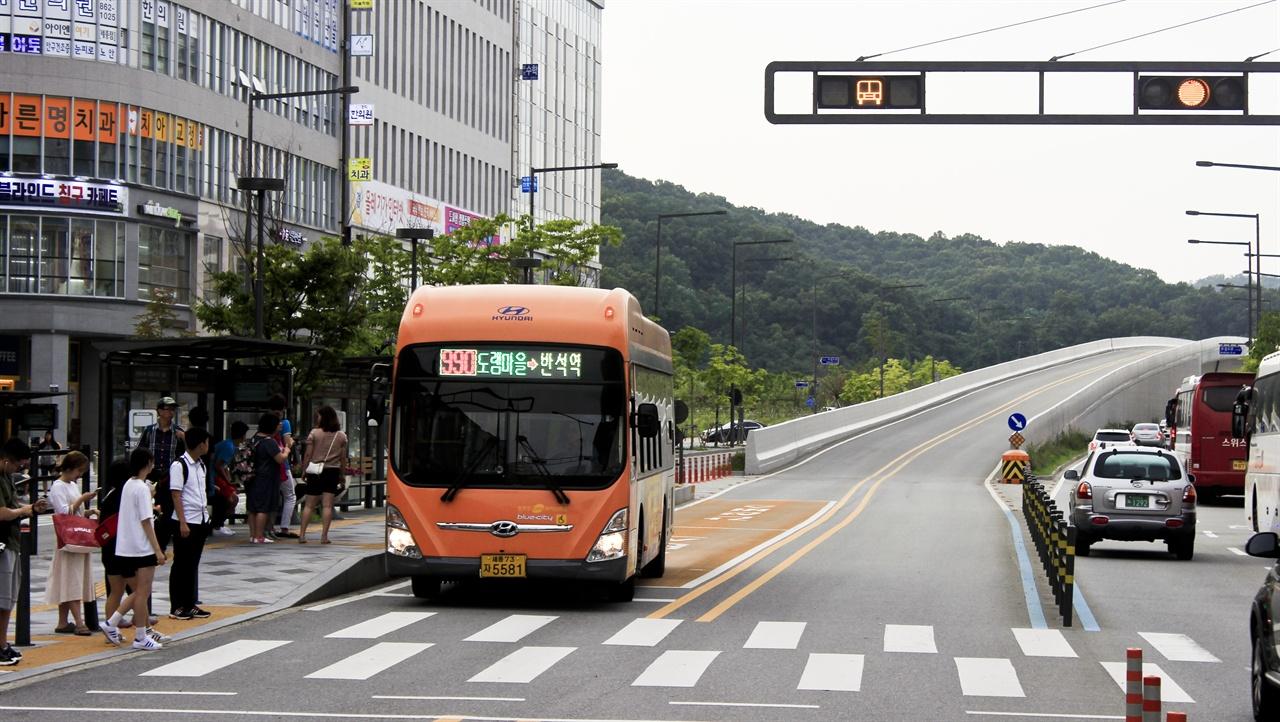 대한민국 내 BRT 건설의 가장 모범적인 예시로 꼽히는 세종특별자치시 BRT 시스템. 고가도로와 신호체계, 노선망 등에서 가장 모범적인 예시로 꼽힌다.
