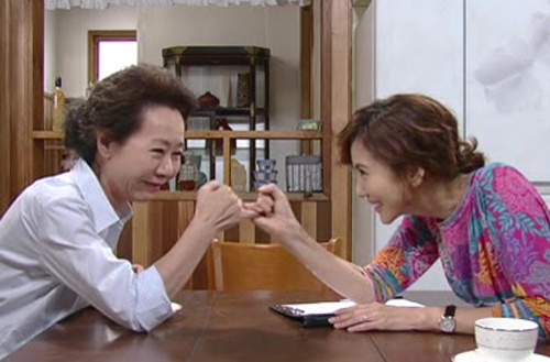 나는 어머님과 솔직한 대화 후 같은 여자로서 연대감을 느꼈다. 사진은 지난 2012년 방영된 KBS 드라마 <넝쿨째 굴러온 당신>에서 시어머니와 며느리가 '고부협정'을 맺는 장면.