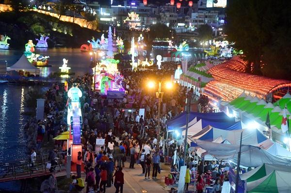 진주시는 10월에 진주남강유등축제를 비롯해 다양한 축제를 열기로 하고 대책을 세우고 있다. 사진은 지난해 진주남강유등축제 때 모습.