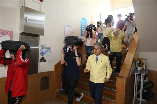 박종훈 경남도교육감은 12일 오후 거창 샛별중학교를 찾아, 학생과 교직원들이 벌이는 '민방위의 날 지진 대피훈련'에 함께 했다.