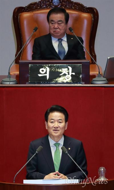 비교섭단체 대표연설하는 정동영 정동영 민주평화당 대표가 13일 오전 서울 여의도 국회에서 열린 본회의에서 비교섭단체 대표연설을 하고 있다.