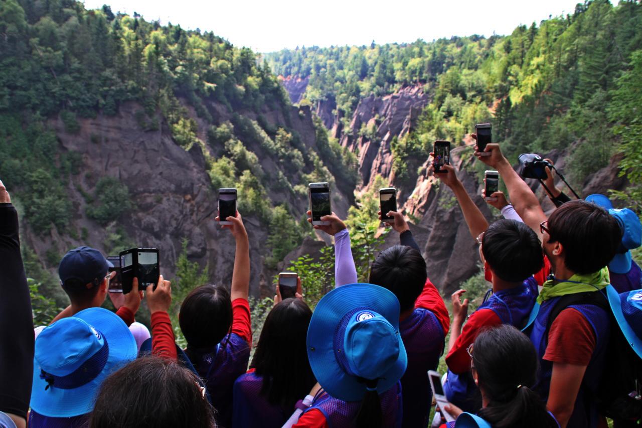 금강대협곡  2018 창의융합형 인문학 기행 평화통일단 학생들이 협곡의 장관을 휴대폰으로 찍고 있다.