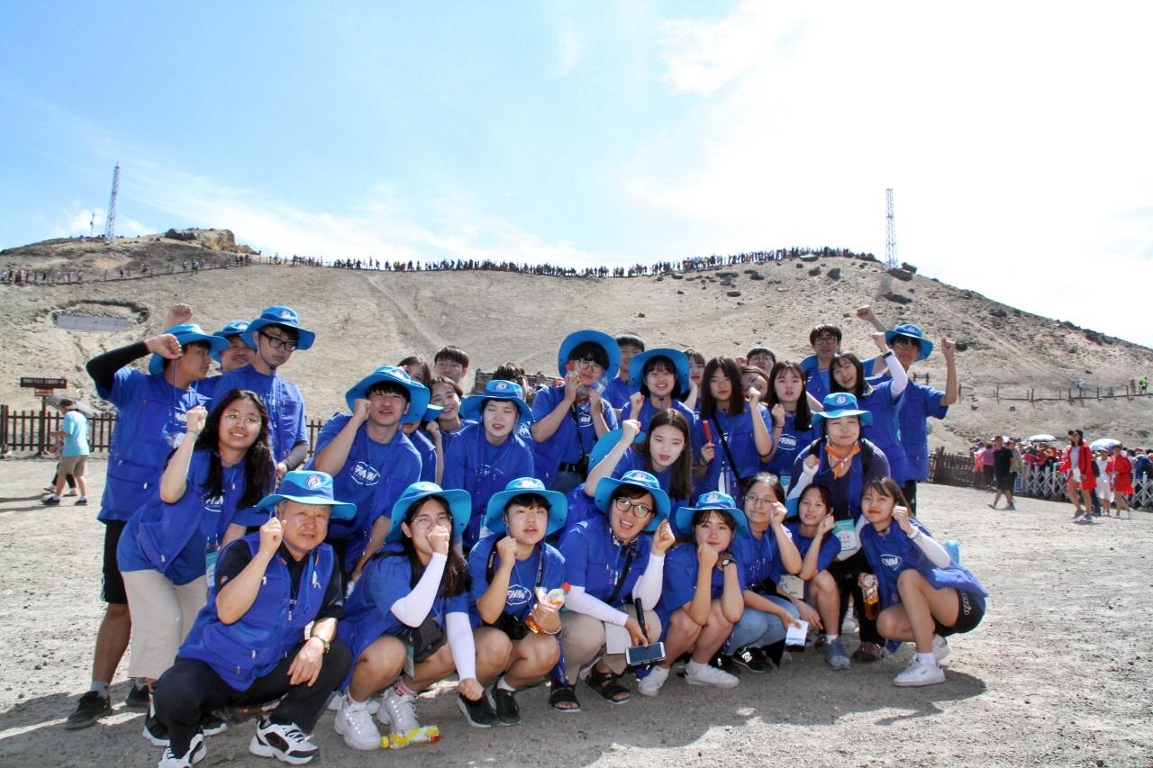 백두산 천문봉  2018년 7월 31일 '2018 충남교육청 창의융합형 인문학 기행 평화통일단 학생들이 백두산 천문봉(2,679m)에 올라 기념촬영을 하고 있다.