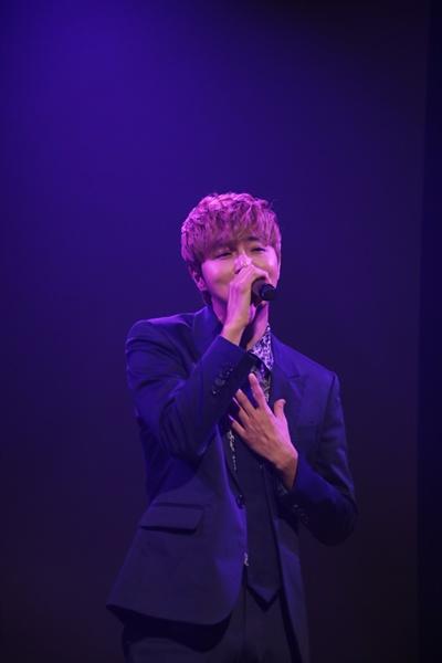 정동하 가수 정동하가 첫 번째 정규앨범 < CROSSROAD(크로스로드) >를 발매했다. 타이틀곡은 '되돌려 놔줘'다. 이를 기념해 13일 오전 서울 청담동의 한 공연장에서 쇼케이스를 열고 앨범에 관한 이야기를 나눴다.