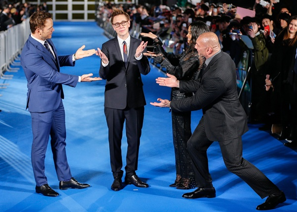 도쿄서 영화 '가디언즈 오브 갤럭시 2' 시사회 지난 2017년 4월 10일(현지시간), 영화 <가디언즈 오브 갤럭시2> 시사회가 일본 도쿄에서 열렸다. 왼쪽부터 배우 크리스 프랫, 제임스 건 감독, 배우 조 샐다나, 데이브 바티스타의 모습.