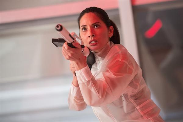 영화 <더 프레데터> 스틸컷. 극 중 케이시 브래킷 역을 맡은 배우 올리비아 문의 모습.