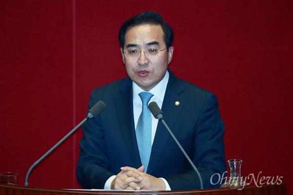 박홍근 더불어민주당 의원이 13일 오후 서울 여의도 국회에서 열린 정치 분야 대정부질문에서 이낙연 국무총리에게 질의하고 있다.
