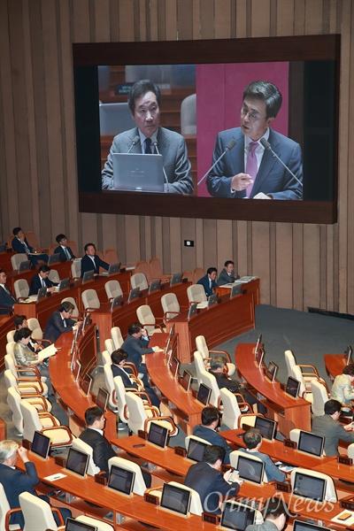 김태흠 자유한국당 의원이 13일 오후 서울 여의도 국회에서 열린 정치 분야 대정부질문에서 촛불 시위를 놓고 촛불 혁명이라는 표현에 대해 이낙연 총리에게 질의하고 있다.