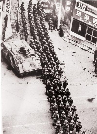 1980년 5월 19일 오후 3시께, 계엄군들이 광주 금난로와 충장로로 출동, 전 지역을 들쑤셔대는 모습.