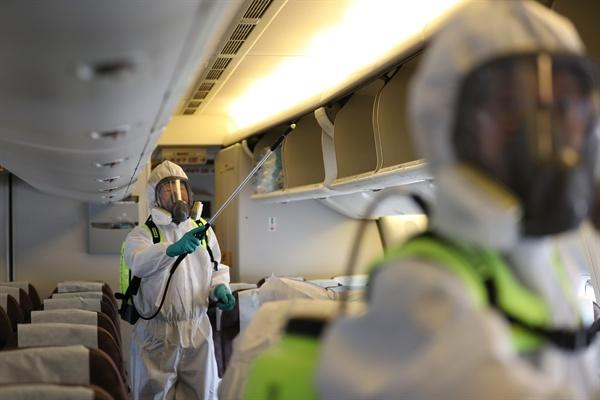 두바이발 항공기 기내 방역 13일 오후 대한항공 인천 정비 격납고에서 관계자들이 메르스 예방을 위해 두바이발 대한항공 항공기 소독 작업을 하고 있다.