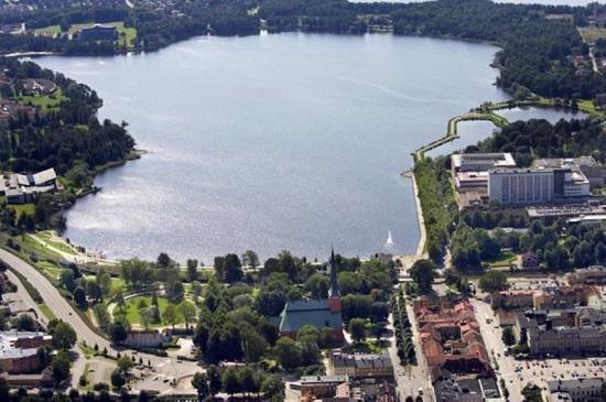 벡셰시 트루멘 호수 일대 모습. 1970년대의 복원 작업 후 호수 가장자리로 조깅 코스가 생겼고, 벡셰 시민들은 호수에서 수영과 일광욕을 즐길 수 있게 됐다.