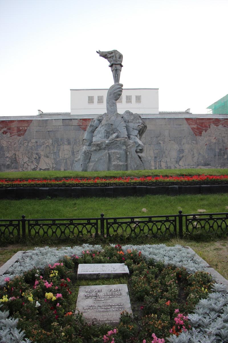 혁명영웅공원의 조형물과 벽화