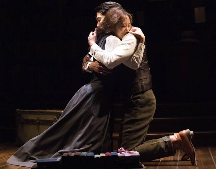 제루샤(유리아)와 제르비스(강동호)가 마침내 마음을 고백한 뒤 포옹하고 있다.