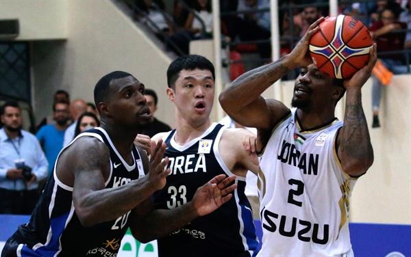 한국 남자농구, 요르단 원정 경기서 승리 한국 남자농구 대표팀의 리카르도 라틀리프(왼쪽)와 이정현(가운데)이 13일(현지시간) 요르단 암만에서 열린, 2019 국제농구연맹(FIBA) 월드컵 아시아 오세아니아 지역 2차 예선 E조 요르단과 경기에서 요르단의 다 터커를 상대로 볼 경합을 벌이고 있다.   이날 우리나라는 요르단을 86-75로 이겼다.