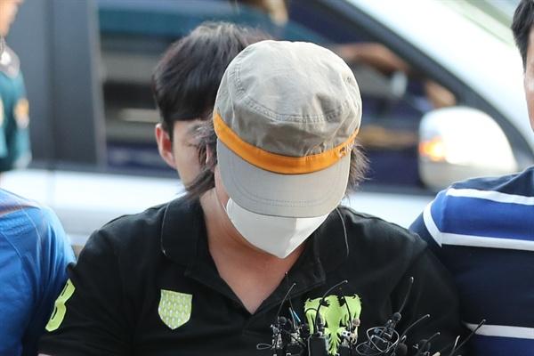 지난 8월 21일 과천 어린이대공원 살인사건 피의자 A씨가 과천경찰서로 압송되고 있다.