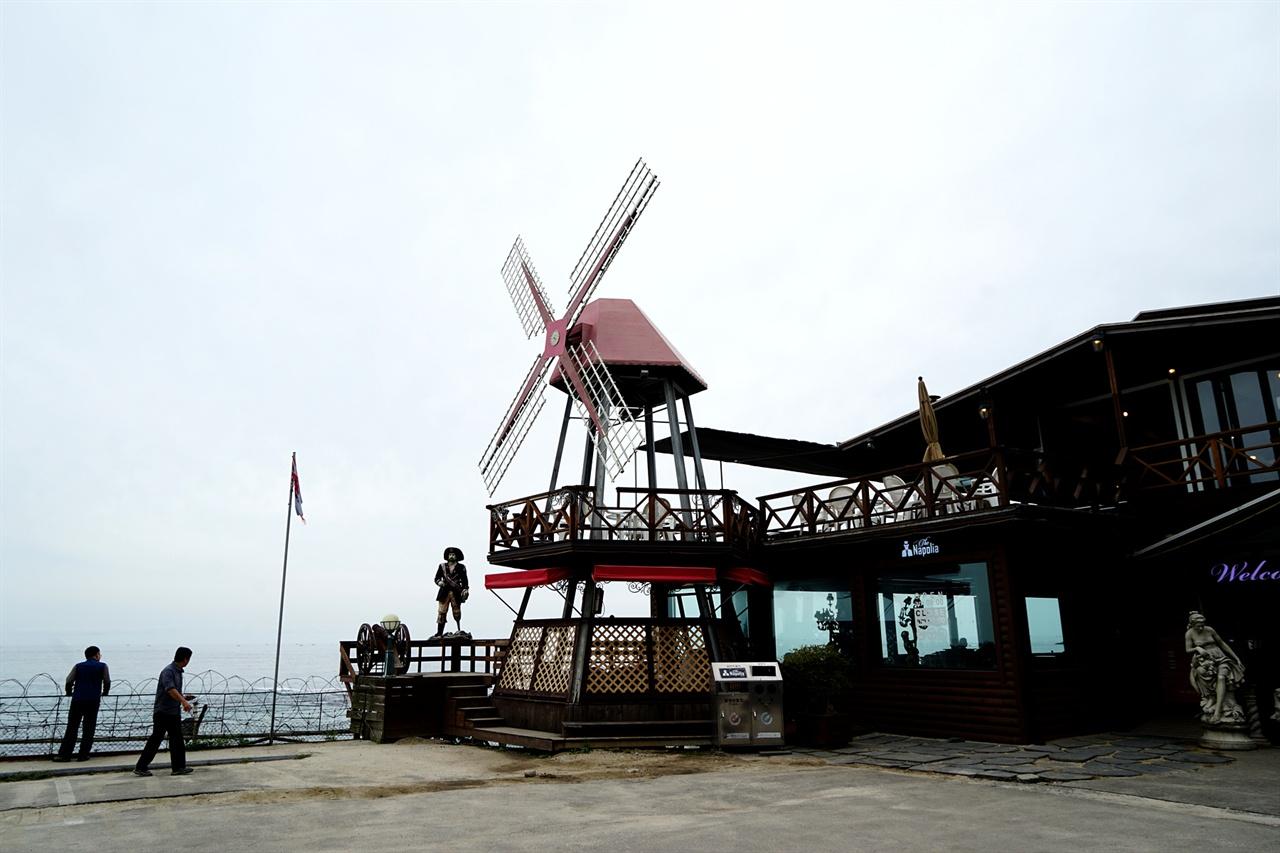 바닷가의 카페 풍경