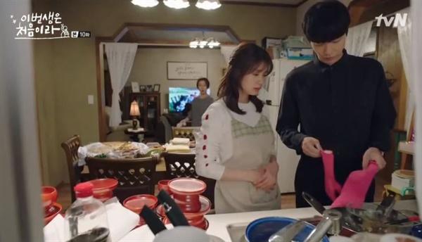 """""""내가 설거지해도 되는 걸 굳이 아범이 한다고 하는데, 퇴근해서 와서 설거지하는 모습을 보니 좀 그렇더라고..."""" (사진은 tvN 드라마 <이번생은 처음이라> 스틸컷)"""