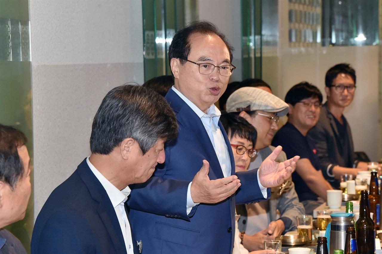 지난 10일 저녁 서울 광화문의 한 음식점에서 영화인들과 만나 부산영화제 사태를 사과하고 있는 오거돈 부산시장